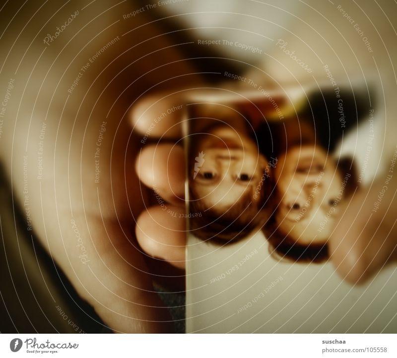 .. darf ich auch ma gucken? Kind Hand alt Freude Finger Familie & Verwandtschaft Vergänglichkeit festhalten Vergangenheit vergangen Erinnerung Unsinn finden Geschwister Passbild Fundstück