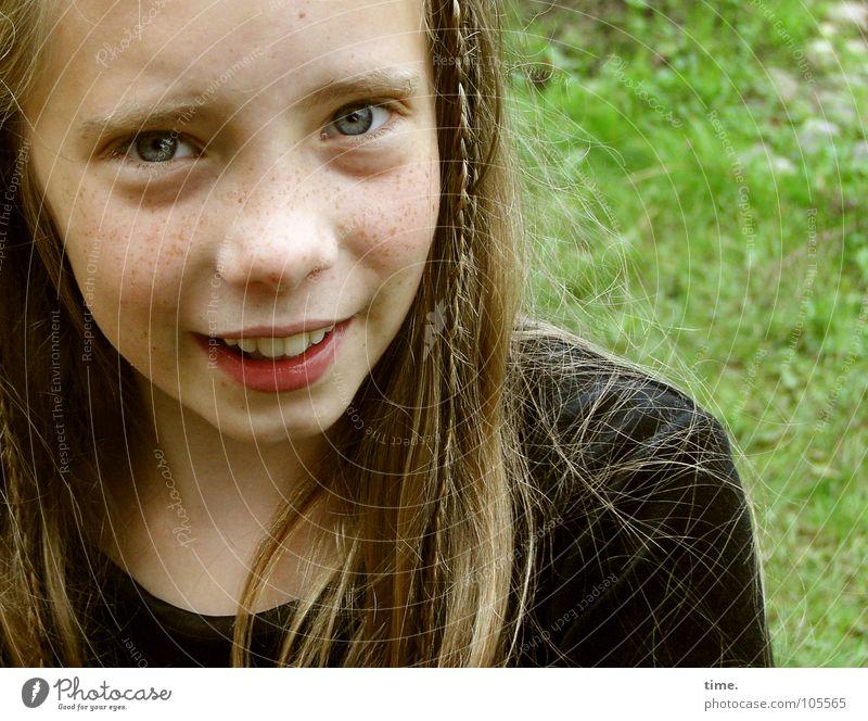 Zöpfchenflechterin nach getaner Arbeit schön Haare & Frisuren Gesicht Garten feminin Mädchen 1 Mensch Wiese Pullover blond langhaarig Zopf beobachten lachen