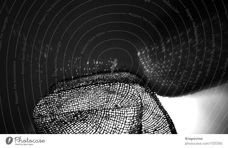 Hut schwarz weiß dunkel Lichtpunkt Strohhut Cowboyhut Bekleidung Schwarzweißfoto Schatten Lichterscheinung