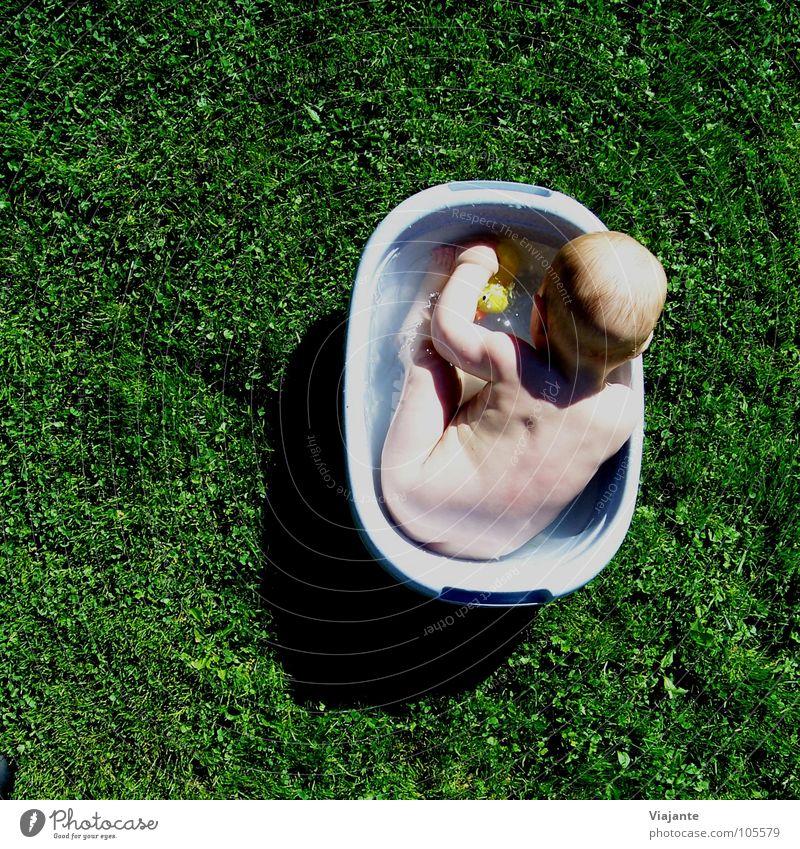 Badetag 2 Baby Kind Kleinkind Ereignisse Badewanne Körperpflege Wellness Badeente Gras grün Wiese Sommer Mädchen süß Freude child Wärme young childhood