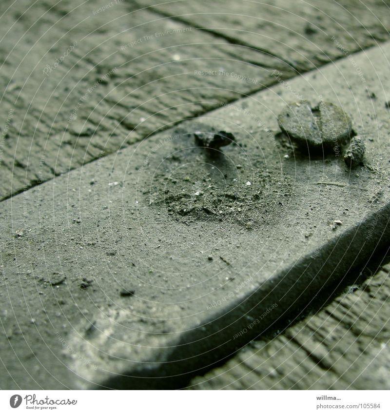 beschissen... Beton Holz alt dreckig dunkel trist grau Einsamkeit Verfall Schraube Taubenkot diagonal schraube locker festgenagelt Holzbrett Gedeckte Farben