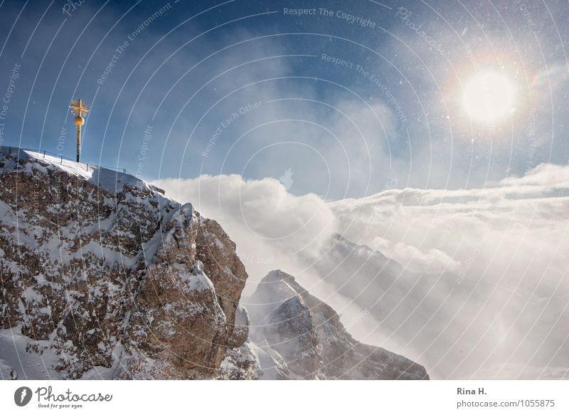 Kreuz Umwelt Landschaft Himmel Wolken Sonne Winter Schönes Wetter Alpen Berge u. Gebirge Schneebedeckte Gipfel kalt Zugspitze Gipfelkreuz Schneefall Beleuchtung