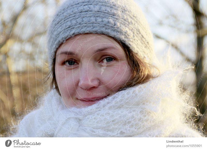 Berlin Portrait F#2b Mensch feminin Frau Erwachsene Kopf Gesicht 1 blond Winter Mütze Zwanziger Jahre lachen Porträt Farbfoto Außenaufnahme Tag Freundlichkeit
