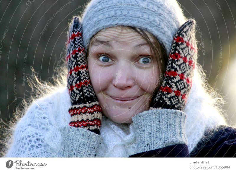 Kuckuck! Mensch Frau Hand Winter Gesicht Kopf Überraschung Mütze Handschuhe staunen Aufregung faszinierend 1 Mensch Zwanziger Jahre