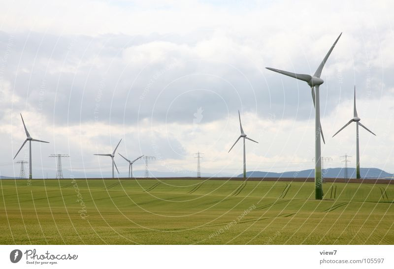 Windkraft Himmel grün Wolken Ferne gelb Wiese Gras Feld Kraft hoch Erfolg Energie groß frei Geschwindigkeit