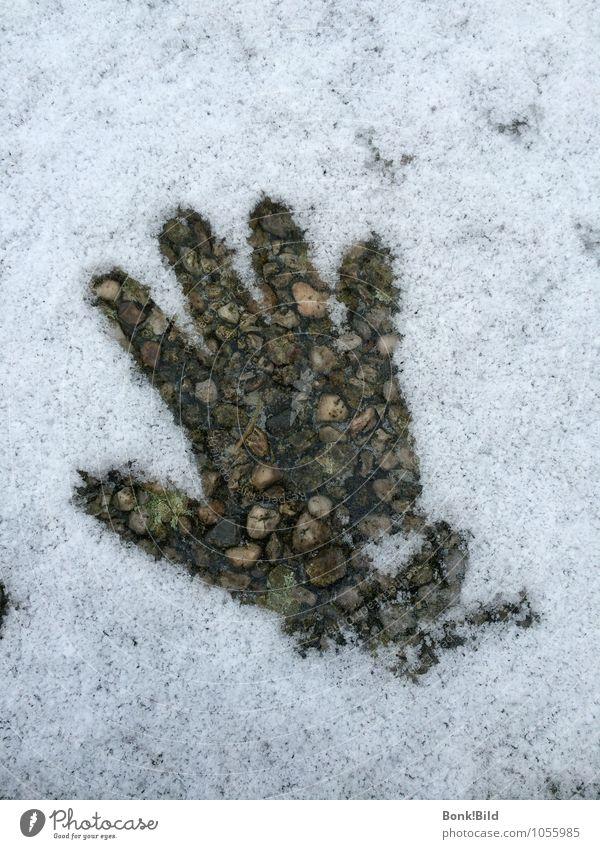 Mit warmen Händen geben Mensch Kind Hand Urelemente Erde Schnee Wärme Stein Beton Winterende Tauwetter Herzenswärme Warme Hand Intimität berühren sprechen alt