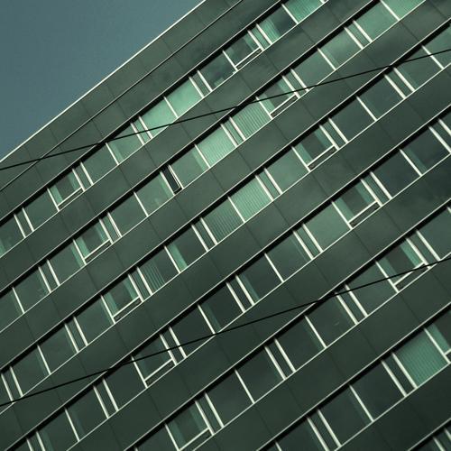 Weniger Geometrie Fassade Haus Hochhaus trist Streifen Fenster Beton Mauer Arbeitsplatz Quadrat kreuzen Zeile steril Trauer schön simpel modern Erfolg verrückt