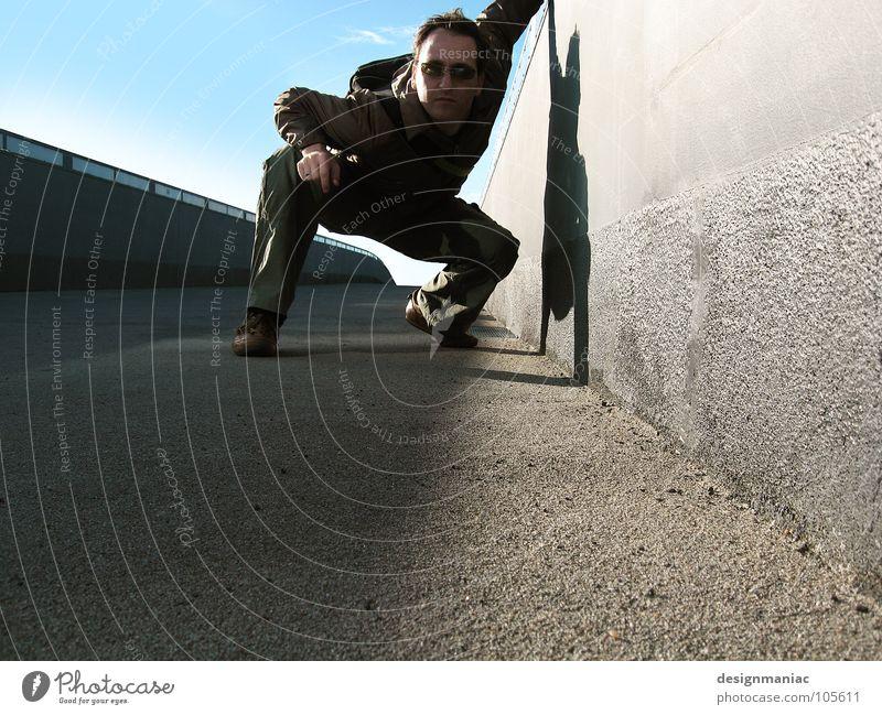 Gotcha! Mensch Himmel Mann blau schwarz Einsamkeit Ferne dunkel Wand Freiheit grau springen Stil klein Mauer Luft