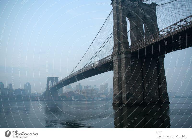 Brooklyn Bridge in the morning Steinbrücke Hängebrücke Romantik New York City Morgennebel Außenaufnahme Brücke historisch Fluss Wasser Traurigkeit Architektur
