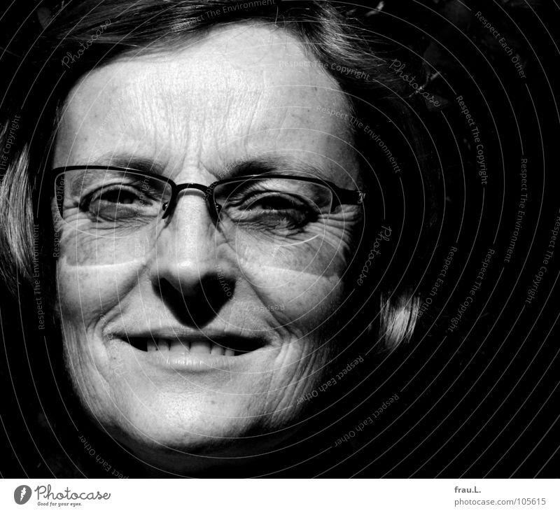 Ruth Frau Porträt Brille fein zart sensibel ernst schön offen Ferne Vertrauen Mensch Gesicht Sonne lachen prägnant Falte Klarheit Ehrlichkeit