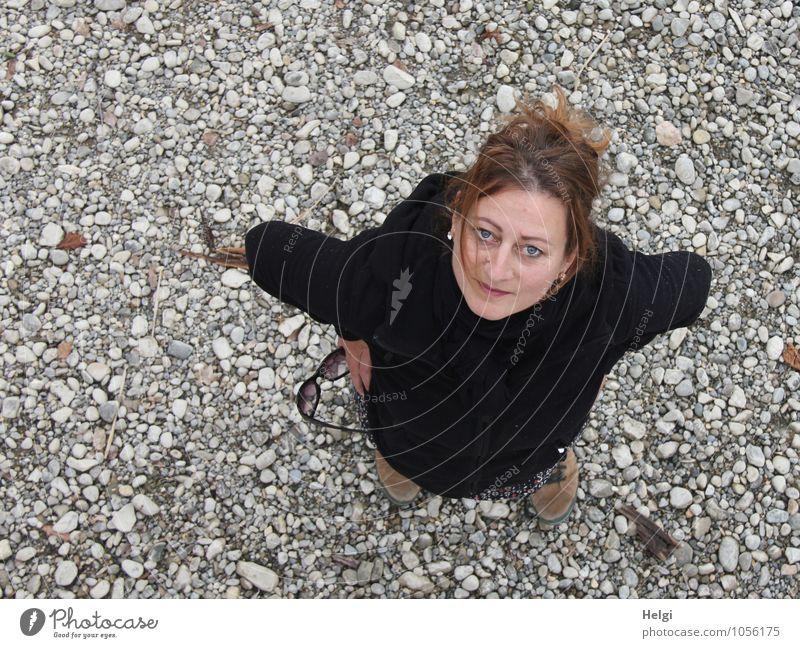 Frau mit brünetten hochgesteckten Haaren schaut freundlich nach oben in die Kamera Mensch feminin Erwachsene 1 30-45 Jahre Frühling Seeufer Jacke Wanderschuhe