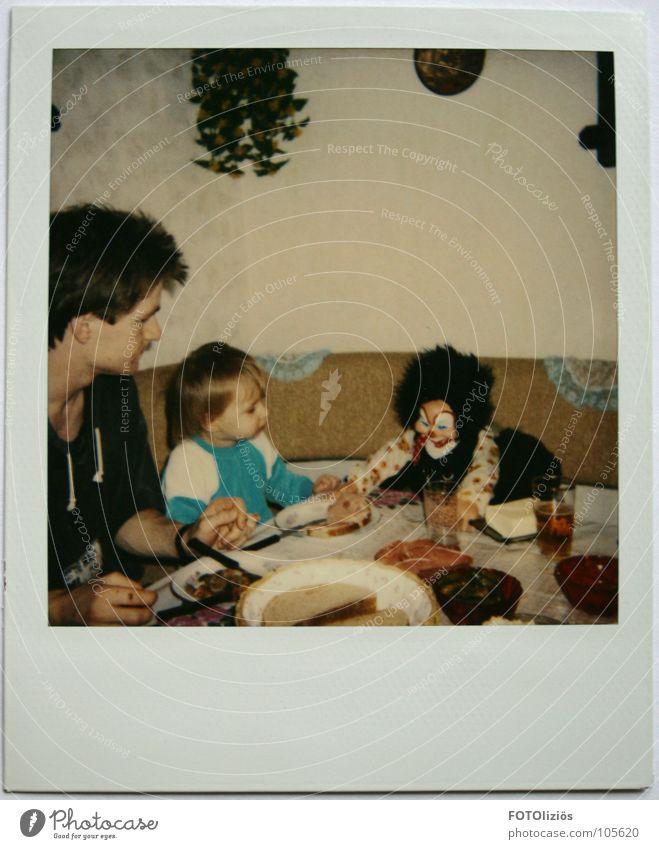 Abendbrot mit Mr. Jingels Kind alt Erwachsene Stil Essen Deutschland Familie & Verwandtschaft Ernährung Tisch Eltern türkis Tradition Sofa Wohnzimmer Vater