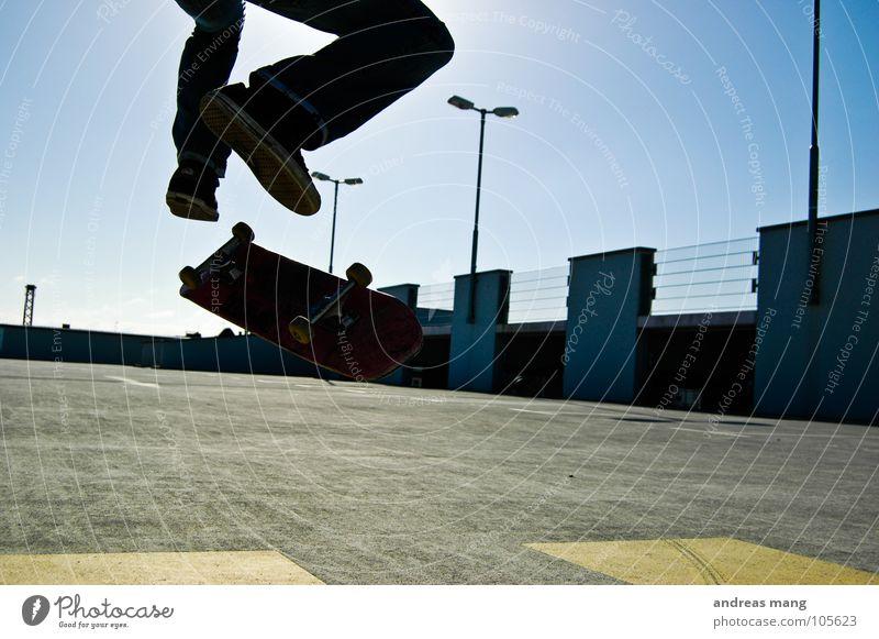 Kickflip - Yeah Right Style Skateboarding springen Luft Athlet Salto Parkhaus Lampe gelb Himmel Stil Drehung drehen Aktion Fitness air oben up lamps Beine leg