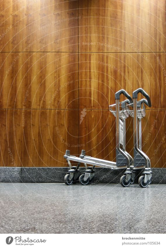 chariot Holz Holzwand Ferien & Urlaub & Reisen Gepäck grau Flughafen Chariot Rad Gepäckwagen luggage holiday vacation Fliesen u. Kacheln Metall marmoriert
