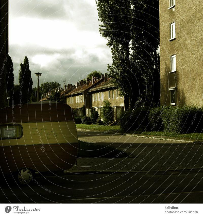 total normal Haus Straße Wege & Pfade Architektur Wohnung Suche Häusliches Leben Dorf Laterne Parkplatz parken Stadtteil Miete Hecke Block Wagen