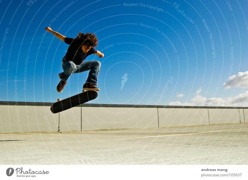 Kickflip Mann Himmel blau Wolken springen Stil Bewegung Mauer fliegen hoch Aktion Coolness Skateboarding drehen Parkhaus Drehung