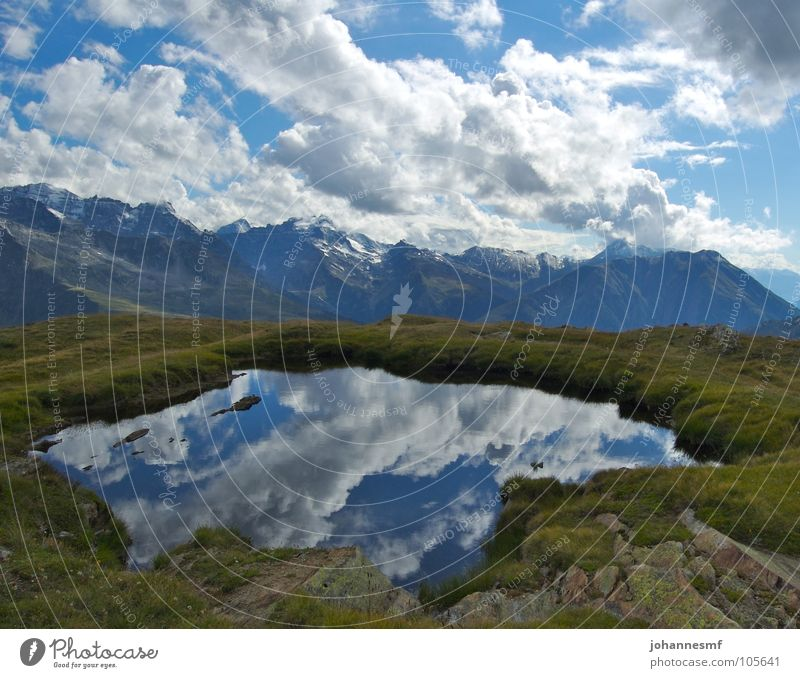 Ein Hochsee See Gebirgssee Wolken Alm Kanton Wallis Gipfel Reflexion & Spiegelung Schweiz Himmel Alpen Wetter Wind