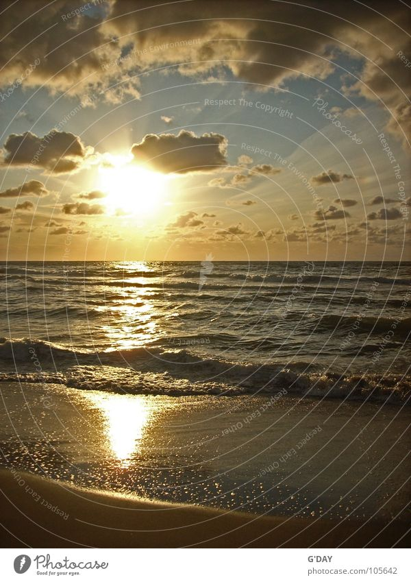 Gleich zischt es! Sonnenuntergang Niederlande Romantik rund gelb Meer Wellen Wolken Strand Horizont ruhig Ferien & Urlaub & Reisen Sommer Momentaufnahme Europa