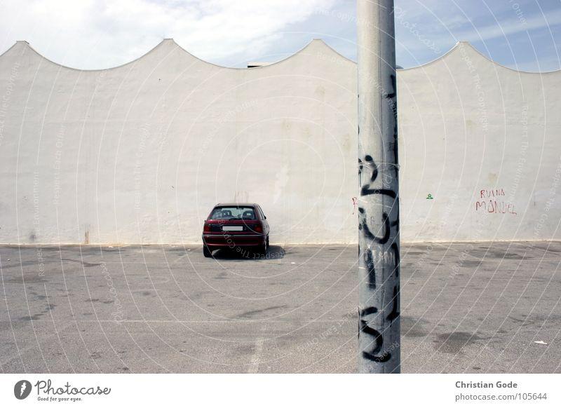 Dont drink if you drive and dont drive if you drink Himmel Einsamkeit Wand PKW Graffiti Wellen frei Dach Asphalt Dinge Laterne Spanien Verkehrswege Parkplatz