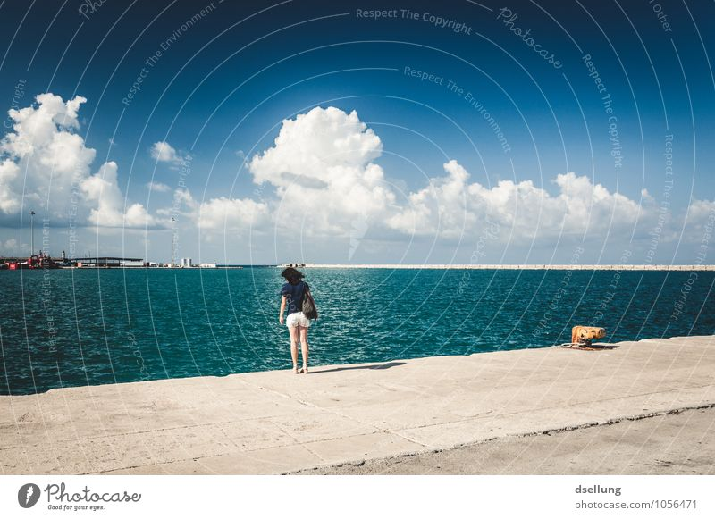 kippt nach vorne. Ferien & Urlaub & Reisen Tourismus Ferne Sommerurlaub Meer Mensch feminin Junge Frau Jugendliche 1 18-30 Jahre Erwachsene Himmel Wolken