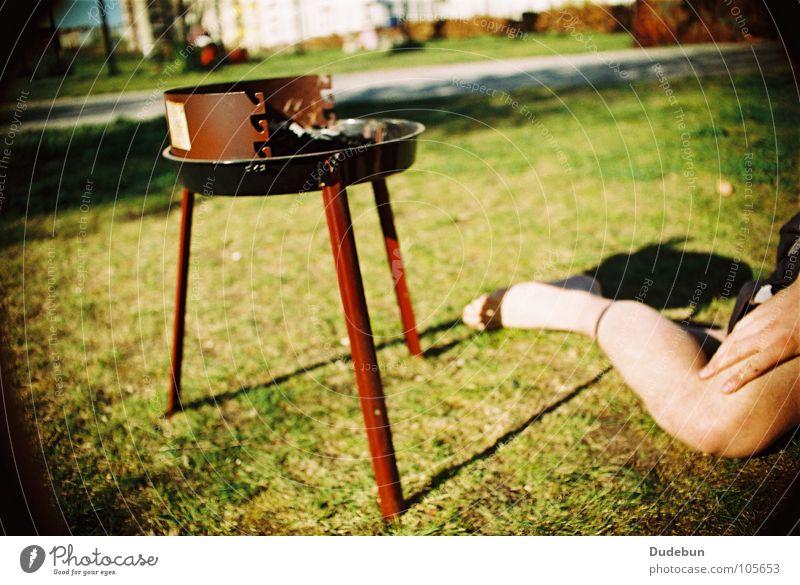 BBQ Farbfoto mehrfarbig Außenaufnahme Tag Sonnenlicht Picknick Grillen Holzkohle Grillrost Park Freude Sommer Mensch Beine 1 Gras Erholung Vignettierung analog