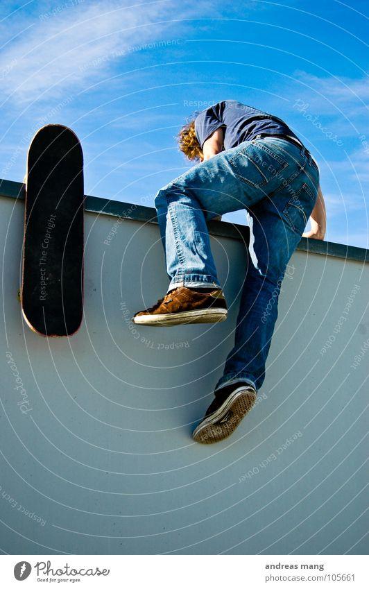 Here we go again Himmel Mann blau Freude Wolken Wand oben Wege & Pfade Mauer gehen hoch Geschwindigkeit Klettern Skateboarding kommen anstrengen
