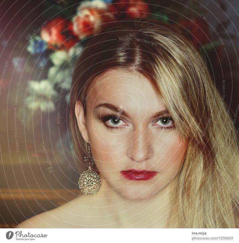 blonde junge Frau mit Blumen im Hintergrund Lifestyle Reichtum elegant schön Gesicht Kosmetik Mensch feminin Junge Frau Jugendliche Erwachsene 1 13-18 Jahre