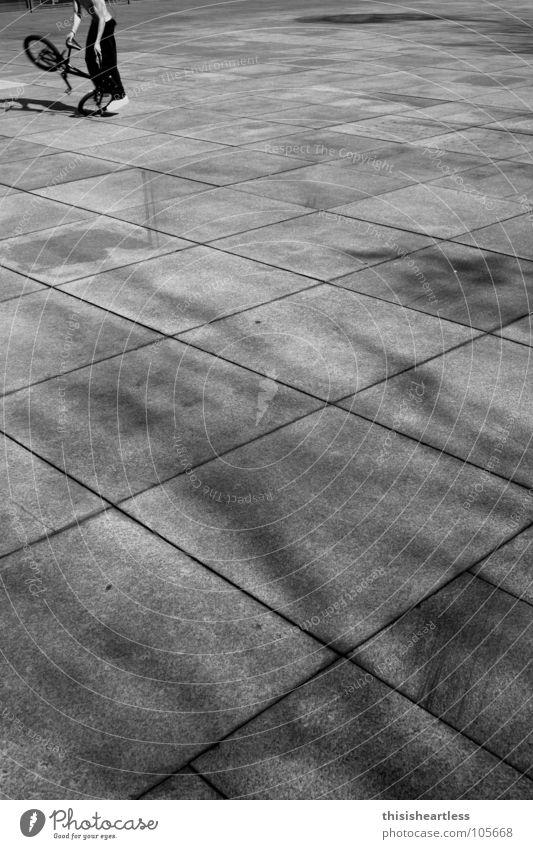 Flatland Jam BMX Fahrrad Rad Reifen Felge Fahrradrahmen Fahrradbremse Bremse Pedal Helm Unendlichkeit Beule Risiko Routine Sport-Training üben Beton grau Kreuz