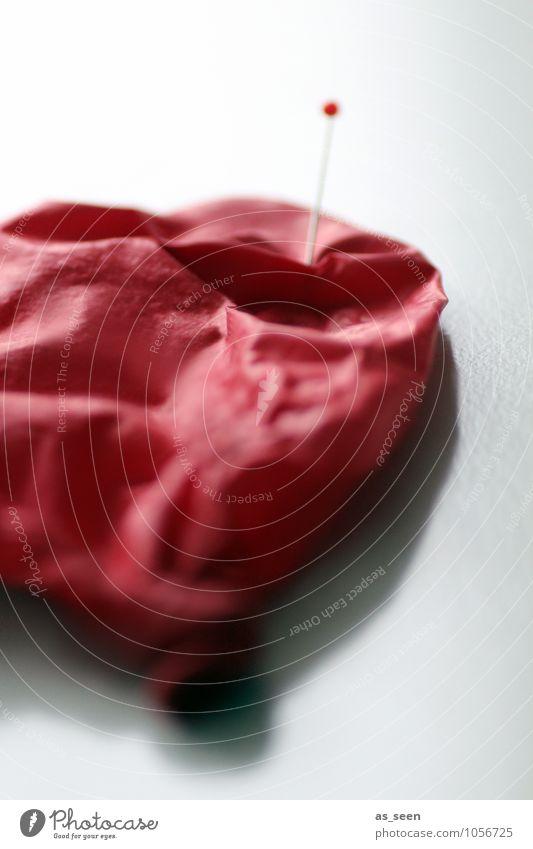 Die Luft ist raus. Luftballon Stecknadel Metall Kunststoff Herz Aggression kaputt rund Spitze weich rot Eifersucht Misstrauen Wut Rache Ärger ästhetisch Farbe