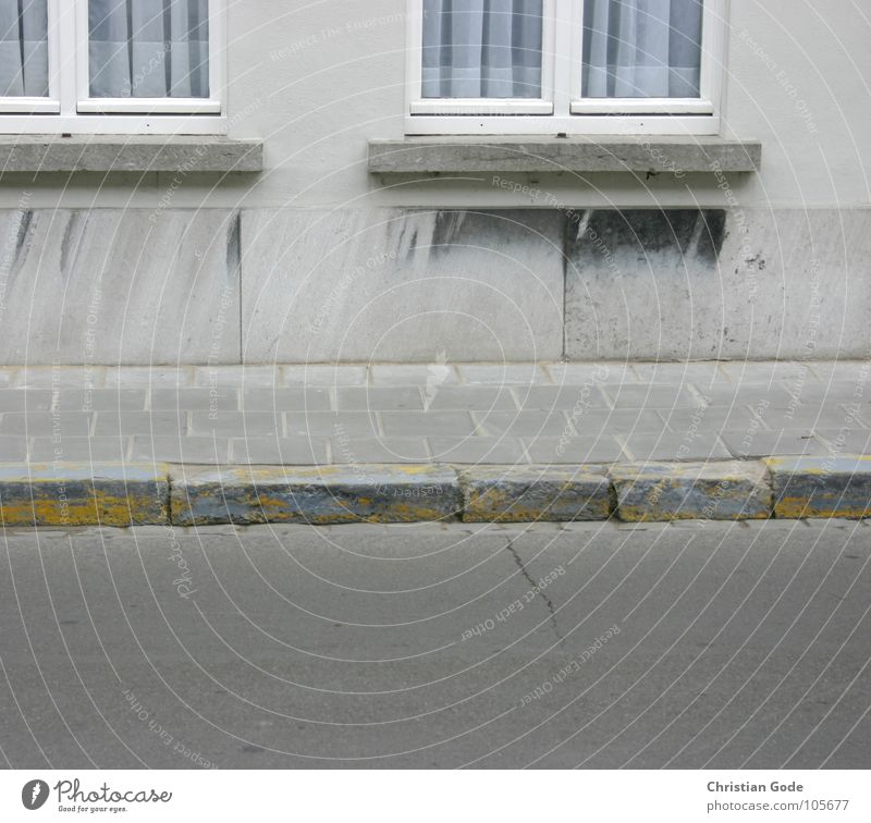 Trottoir Bürgersteig Belgien Brügge Fenster gelb Asphalt Gardine Vorhang leer Haus Mauer grau Fensterbrett Architektur Verkehrswege Detailaufnahme Gehsteg