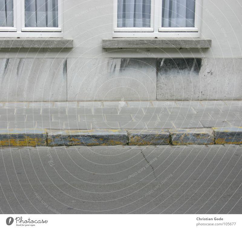 Trottoir Haus gelb Straße Fenster grau Stein Mauer Architektur leer Asphalt Bürgersteig Verkehrswege Vorhang Gardine Belgien Fensterbrett