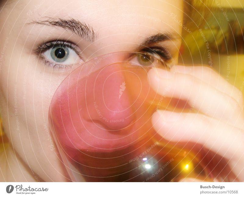 Die Augen Blick Unschärfe Frau trinken feminin Pupille Glas Gesicht Augenbraun
