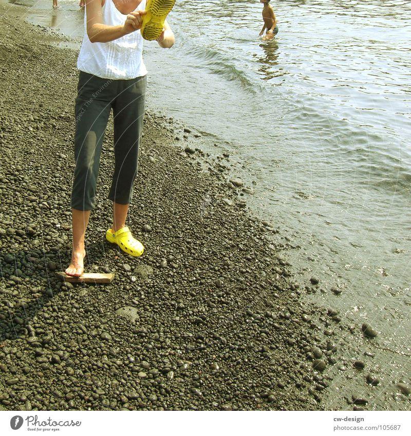 kmmt ll hr nd scht ch dss bld n! gelb Schuhe Flipflops Koserow Sommer Wellen Strand schwarz Gischt Anlegestelle Mole Luft Horizont Sonnenbad aquatisch hydrophil