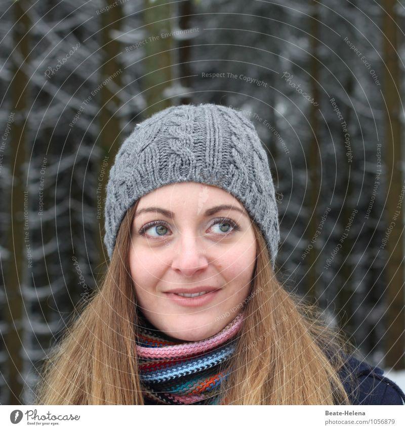 natürlich | liebe ich Spaziergänge in frischer Luft Natur Jugendliche schön Baum Junge Frau Erholung 18-30 Jahre Winter Wald Erwachsene Gesicht Bewegung feminin