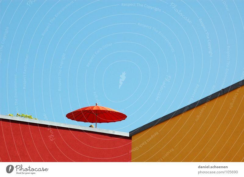 Dachterrasse Sonnenschirm Terrasse Sommer Haus Fassade abstrakt faulenzen Hintergrundbild schön gelb rot zyan Neubau Nachbar Detailaufnahme Himmel Erholung