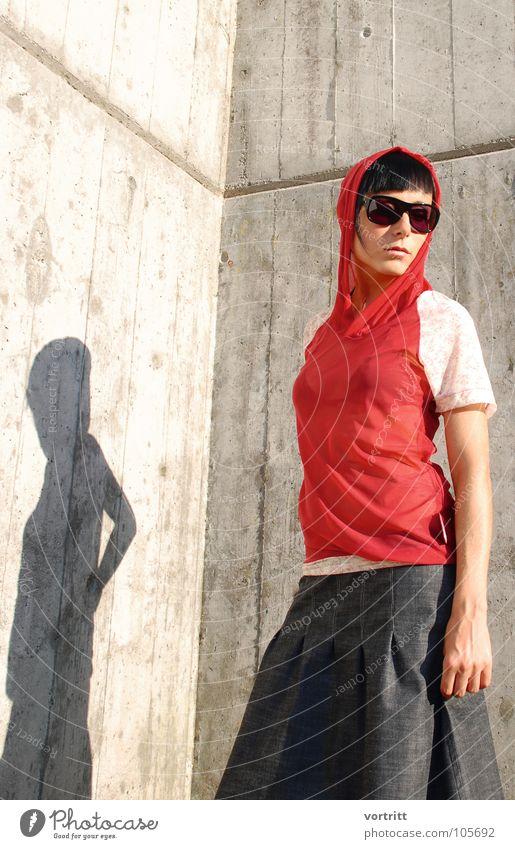 modeschau Frau rot Stil Mode Kunst Beton modern ästhetisch neu Körperhaltung Model Kleid Sonnenbrille Kapuze Kunsthandwerk Brille