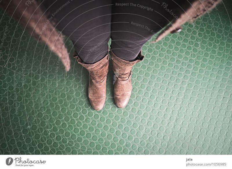 position Mensch feminin Frau Erwachsene Beine Fuß 1 Bekleidung Hose Stiefel stehen warten einfach Selfie Farbfoto Innenaufnahme Textfreiraum unten