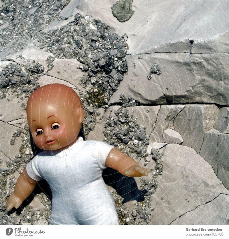 Barbies kranke Schwestern Einsamkeit Spielen grau Stein Traurigkeit Kindheit Felsen Trauer Kunststoff Müll Spielzeug China Statue Puppe Verzweiflung Gift