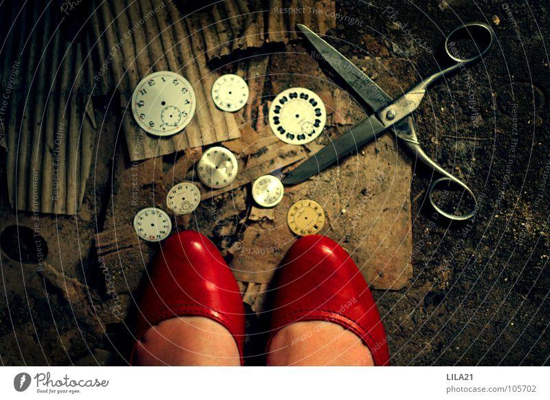 Wie doch die Zeit vergeht Frau alt rot Einsamkeit Fuß Schuhe Uhr kaputt Bodenbelag Ziffern & Zahlen verfallen Dame Karton geschnitten Schere