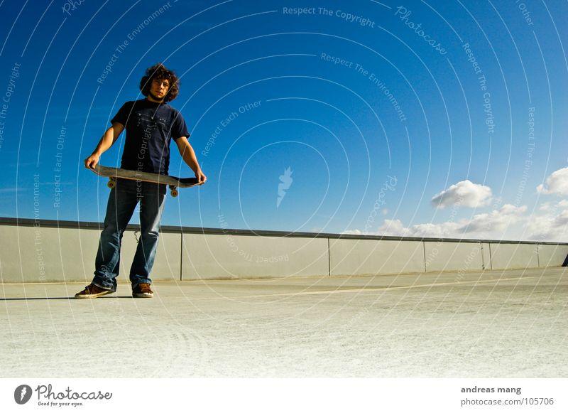 Fertig??? Mann stehen Blick Skateboarding Himmel Wolken Mauer Beton ruhig Coolness Mensch blau warten Einsamkeit Junger Mann 18-30 Jahre Blick nach vorn