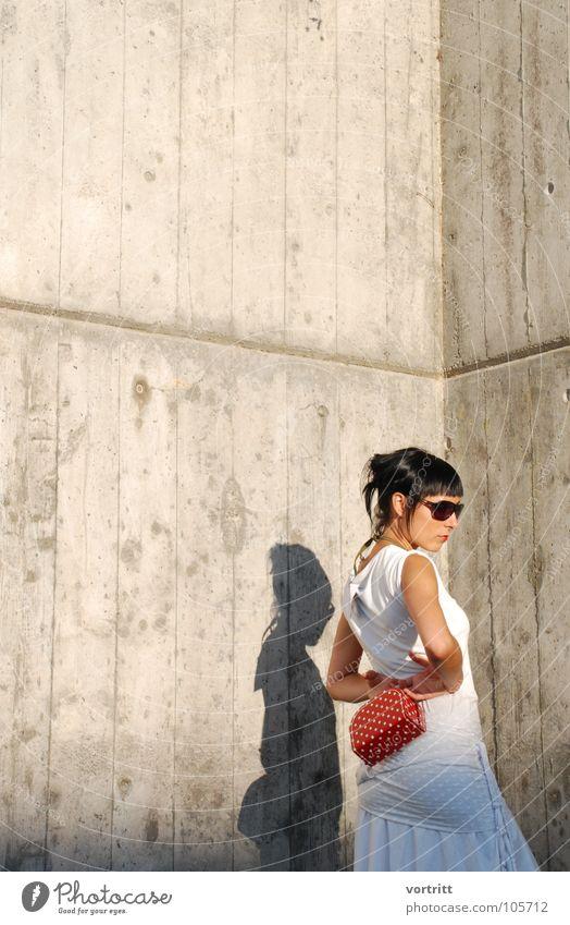schneewittchen Frau Model Sonnenbrille Tasche Körperhaltung Beton rot weiß feminin Kleid Stil Schweiz Kunst Kunsthandwerk Schatten Designer