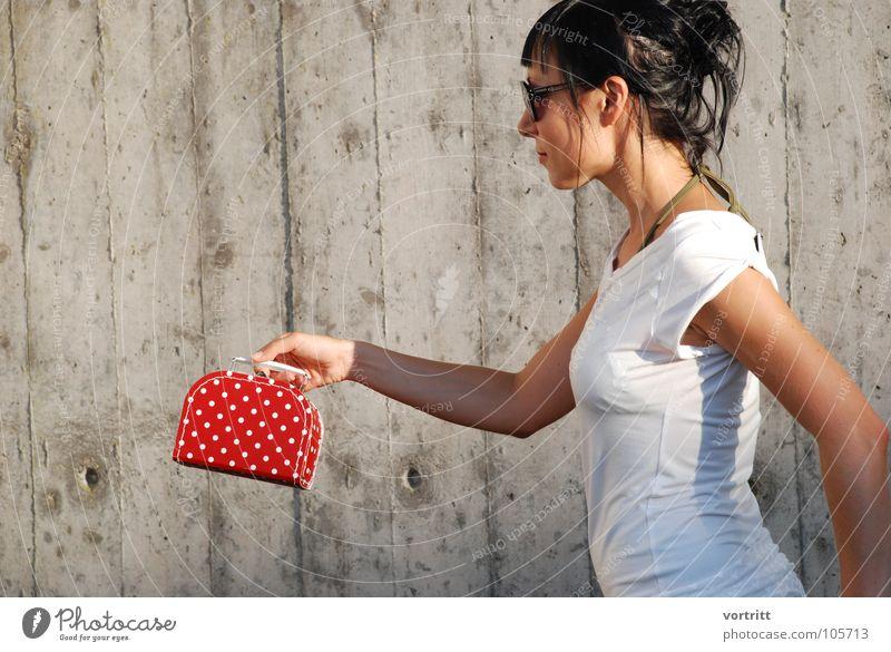 schneewittchen II Frau Model Sonnenbrille Tasche Körperhaltung Beton rot weiß feminin Kleid Stil Schweiz Kunst Kunsthandwerk Schatten Designer