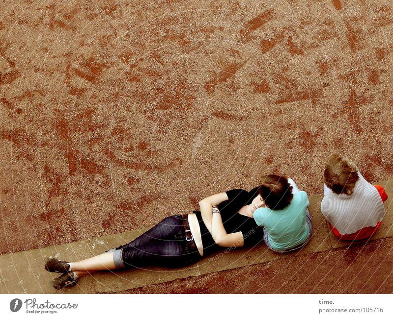 Frauen im Raum (II) Blick Garten Erwachsene Arme Kunst Kultur Park Pullover Fußspur liegen kaputt blau Pause Windzug fertig dienen Bank umgehängt Schotterplatz