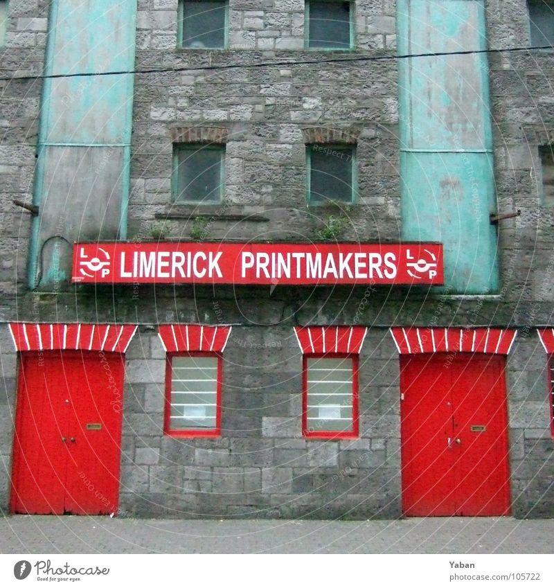 I see a red door ... Limerick rot Werkstatt Fabrik Industrie Schilder & Markierungen Dienstleistungsgewerbe Republik Irland rote Tür rote Fenster