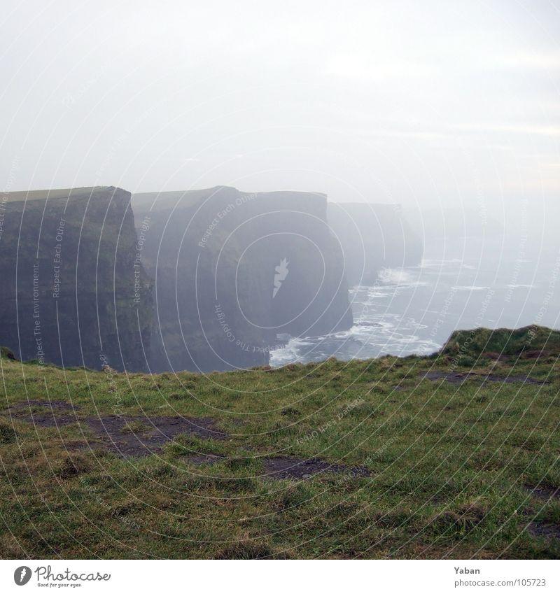Cliffs of Moher Atlantik Klippe Nebel Wellen Meer Gischt Panorama (Aussicht) Strand Küste Macht Republik Irland Westküste grüne Insel Wind