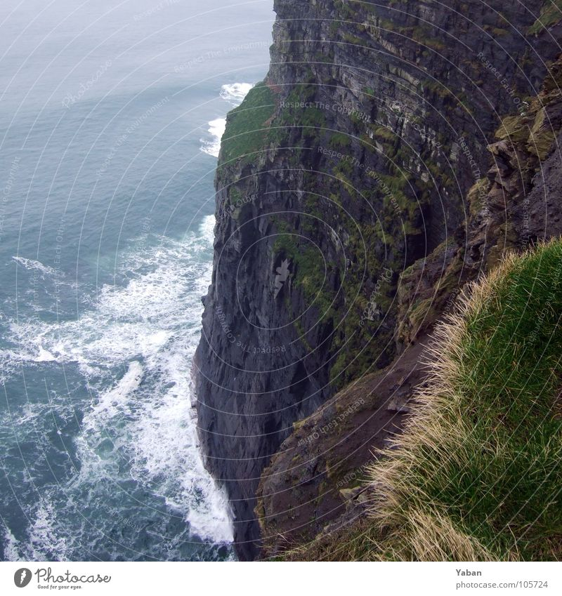 am Rand ... Atlantik Klippe Nebel Wellen Meer Gischt Am Rand Strand Küste gefährlich Panorama (Aussicht) Republik Irland Westküste Cliffs Moher grüne Insel Wind