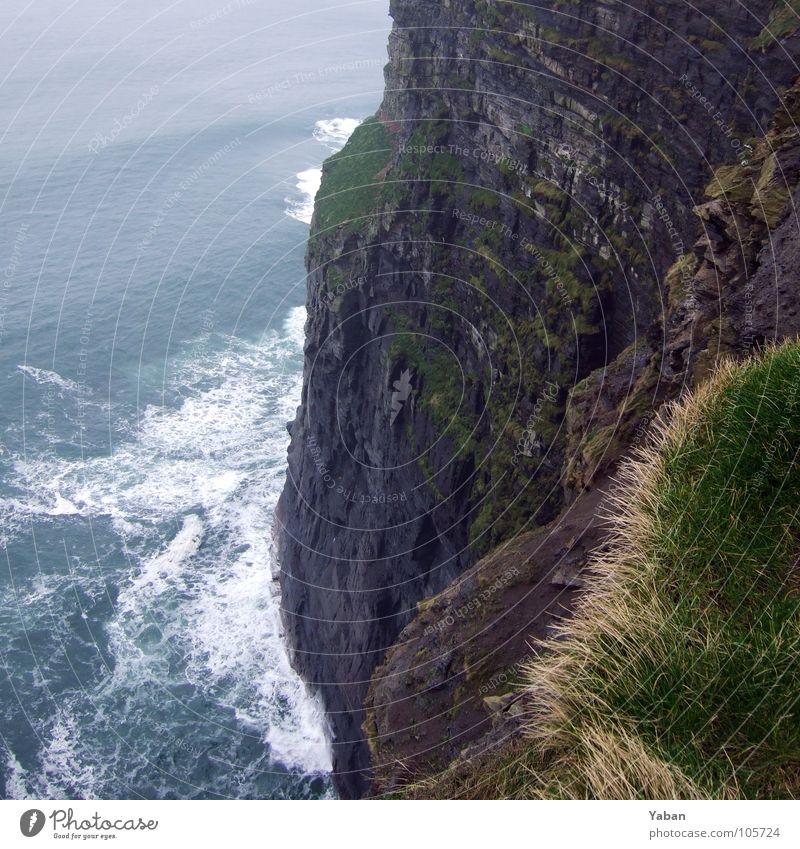 am Rand ... Meer Strand Küste Wellen Wind Nebel gefährlich Am Rand Klippe Gischt Republik Irland Atlantik Westküste