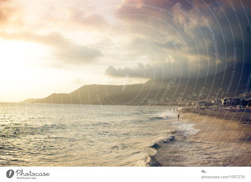 Es werde Licht! Himmel blau Wasser Sommer Erholung ruhig Strand Ferne dunkel gelb Berge u. Gebirge Wärme Küste braun rosa Horizont