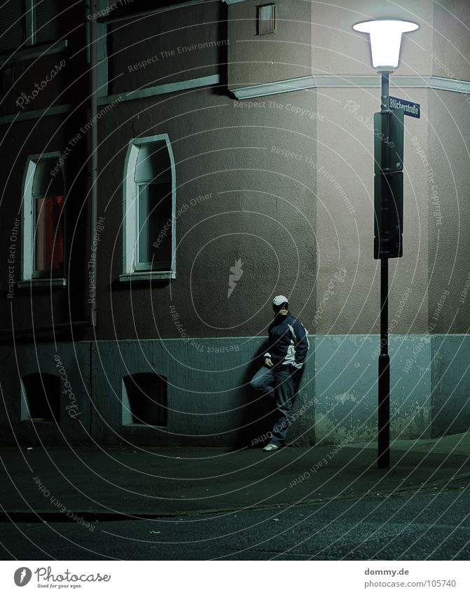 motiv jagd in der blücherstraße Mann Kerl stehen Laterne Haus Wand Nacht dunkel geheimnisvoll Panik schwarz Straßenbeleuchtung Hose Schuhe Jacke Fenster Asphalt