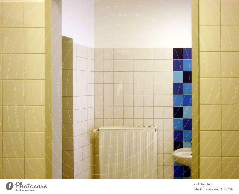 Waschraum in Bad Wildungen Waschhaus Toilette Paneele Waschbecken Sauberkeit Detailaufnahme sanitärtrakt Fliesen u. Kacheln panneel Heizkörper Ordnung